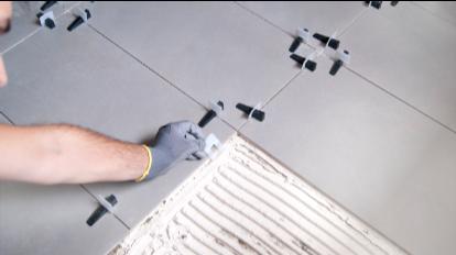 Colocar los calzos de nivelación cerámica