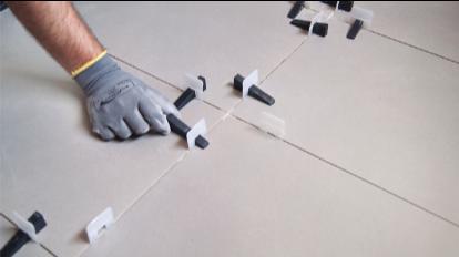 Colocar las cuñas de nivelación cerámica